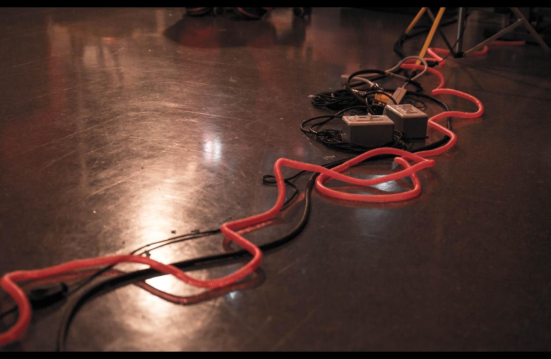 Pour les maladroits, Julie Vallée-Léger nous a inventé cet ingénieux stratagème visuel et sonore (quand tu marches dessus, ça fait du bruit) pour éviter de s'enfarger dans les fils. On se croirait de plus en plus dans les entrailles de la navette spatiale !